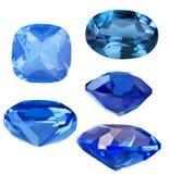 Grupo de cinco safiras azuis no branco Imagem de Stock Royalty Free