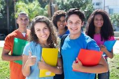 Grupo de cinco stude latin, americanos, caucasianos e africanos espertos Imagens de Stock