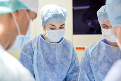 Grupo de cirujanos en sala de operaciones en el hospital Fotografía de archivo libre de regalías
