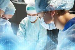 Grupo de cirujanos en sala de operaciones en el hospital Imagenes de archivo