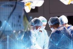 Grupo de cirujanos en sala de operaciones en el hospital Fotos de archivo libres de regalías