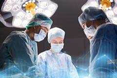 Grupo de cirujanos en sala de operaciones en el hospital Foto de archivo