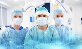 Grupo de cirujanos en sala de operaciones en el hospital Imágenes de archivo libres de regalías