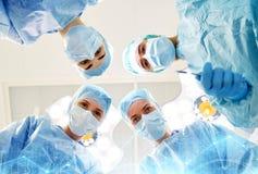 Grupo de cirujanos en sala de operaciones en el hospital Imagen de archivo