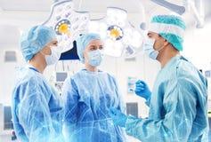 Grupo de cirujanos en sala de operaciones en el hospital Foto de archivo libre de regalías