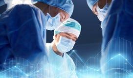 Grupo de cirujanos en sala de operaciones en el hospital Fotografía de archivo