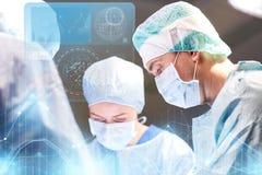 Grupo de cirurgiões na sala de operações no hospital Imagem de Stock