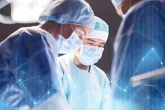 Grupo de cirurgiões na sala de operações no hospital Fotos de Stock Royalty Free
