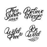Grupo de citações escritas mão da rotulação Espírito livre Seja selvagem Imagem de Stock