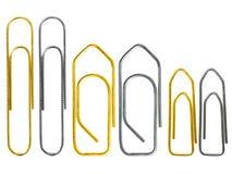 Grupo de clipe de papel dourado e de aço diferente do grounge isolado no fim branco do fundo acima Imagem de Stock Royalty Free