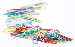 Grupo de clips de papel coloreados. Fotografía de archivo libre de regalías