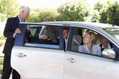 Grupo de coche de los colegas del negocio que reúne viaje en trabajo Imagen de archivo libre de regalías