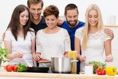 Grupo de cocinar hermoso de las mujeres jovenes Fotos de archivo libres de regalías