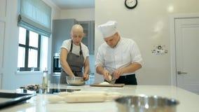 Grupo de cocinero que prepara la comida en la cocina de un restaurante 4K almacen de video