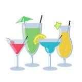 Grupo de cocktail alcoólicos no fundo branco Cocktail diferentes com cor azul, alaranjada, verde e vermelha Imagem de Stock