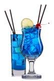 Grupo de cocktail azuis com a decoração dos frutos e da palha colorida isolados no fundo branco Fotos de Stock Royalty Free