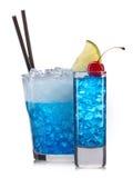 Grupo de cocktail azuis com a decoração dos frutos e da palha colorida isolados no fundo branco Foto de Stock Royalty Free