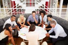 Grupo de colegas del trabajo que tienen reunión en un pasillo de la oficina Imagen de archivo
