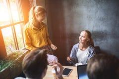 Grupo de colegas que tienen reunión en la sala de reunión mientras que trabaja en la presentación grande y prepara su estrategia  imagen de archivo libre de regalías
