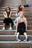 Grupo de colegialas que se sientan en los pasos Imagen de archivo
