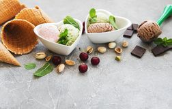 Grupo de colheres do gelado de cores e de sabores diferentes fotos de stock
