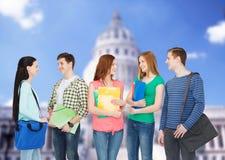Grupo de colocación sonriente de los estudiantes Fotografía de archivo libre de regalías