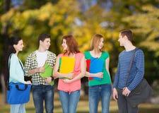 Grupo de colocación sonriente de los estudiantes Fotos de archivo