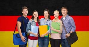 Grupo de colocación sonriente de los estudiantes Foto de archivo libre de regalías