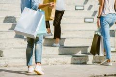 Grupo de compras asiáticas jovenes de la mujer en un mercado al aire libre con los panieres en sus manos Imágenes de archivo libres de regalías