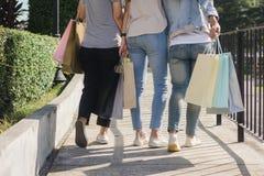 Grupo de compras asiáticas jovenes de la mujer en un mercado al aire libre con los panieres en sus manos Imagenes de archivo