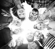 Grupo de concepto diverso del verano de los amigos imagenes de archivo