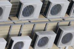 Grupo de condicionadores de ar suspendidos na parede fotografia de stock