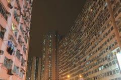 Grupo de construção muito aglomerado mas colorido em Hong Kong Fotografia de Stock