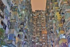 Grupo de construção muito aglomerado mas colorido em Hong Kong Fotos de Stock