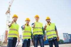 Grupo de constructores sonrientes con PC de la tableta al aire libre Foto de archivo
