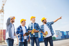 Grupo de constructores sonrientes con PC de la tableta al aire libre Fotos de archivo