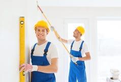 Grupo de construtores com ferramentas dentro Foto de Stock
