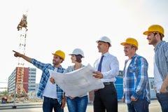 Grupo de construtores e de arquitetos com modelo fotos de stock