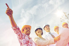 Grupo de construtores e de arquitetos com modelo foto de stock royalty free