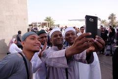 Grupo de convertido de los musulmanes del mualaf que toma el selfie imágenes de archivo libres de regalías