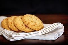 Grupo de cookies da microplaqueta da maçã no guardanapo branco Foto de Stock Royalty Free