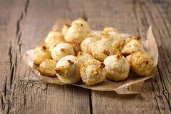 Grupo de cookies doces do coco em cookies caseiros do coco da sobremesa saboroso horizontal de madeira velha do coco do fundo imagens de stock