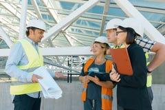 Grupo de coordenadores, construtores, arquitetos no terreno de construção Conceito da construção, do desenvolvimento, dos trabalh imagens de stock