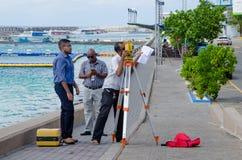 Grupo de coordenadores que fazem fotos de um objeto Foto de Stock Royalty Free