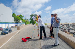 Grupo de coordenadores que fazem fotos de um objeto Imagens de Stock
