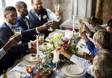 Grupo de copas de vino que tintinean de la gente diversa junto imágenes de archivo libres de regalías
