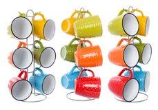 Grupo de copos coloridos para bebidas em um suporte do metal, isolados no whi Imagem de Stock