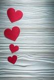 Grupo de corações de papel vermelhos em cartões do Valentim da placa de madeira Imagem de Stock