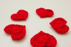 Grupo de corações feitos malha vermelho Fotos de Stock
