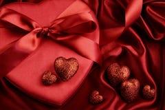 Grupo de corazones rojos en fondo del satén Fotos de archivo libres de regalías